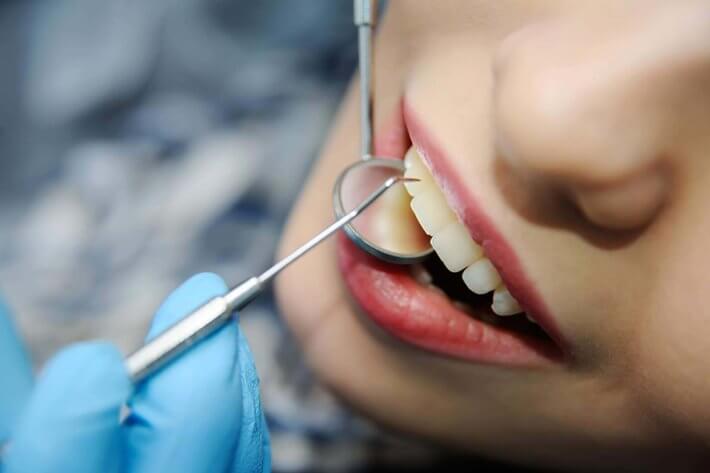 Dentysta sprawdzajacy uzębienie